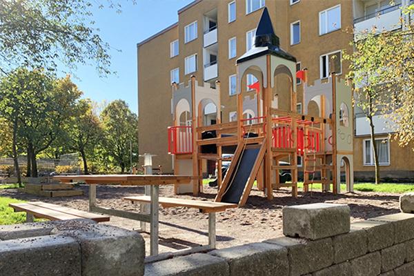 Bostadsgårdar fick nya och inspirerande temalekplatser